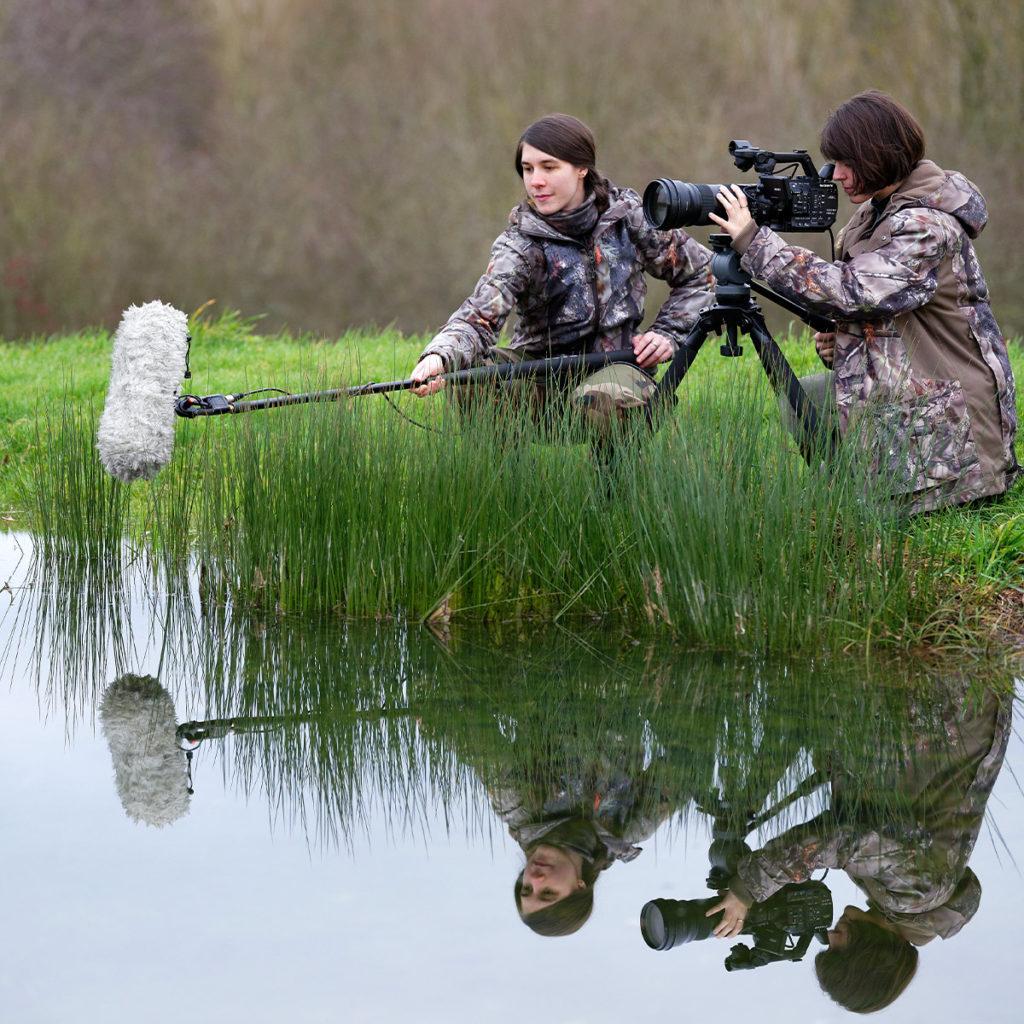 photo 2 étudiantes qui prennent film en bord d'étang- Iffcam