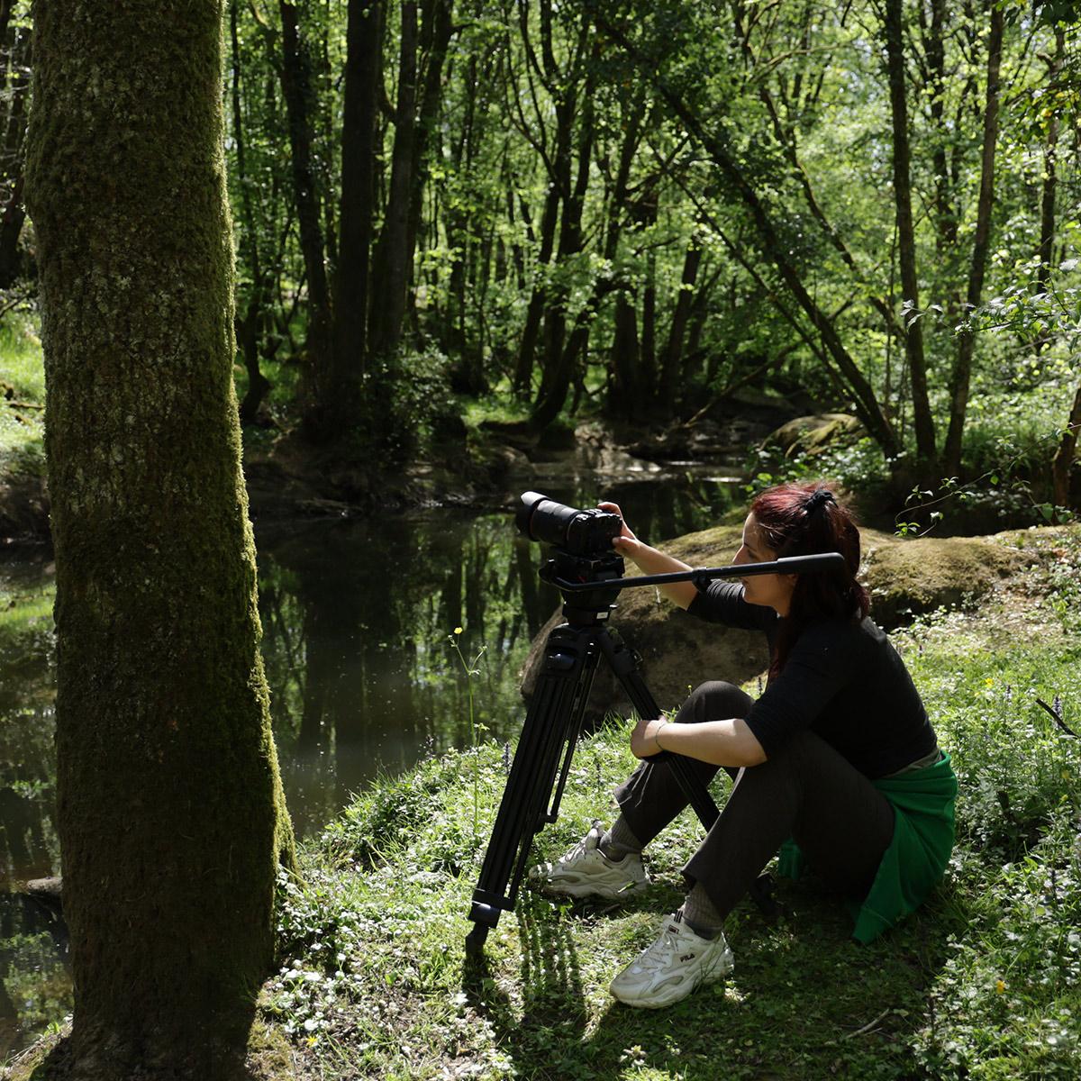 femme qui filme la nature avec un APN à l'iffcam