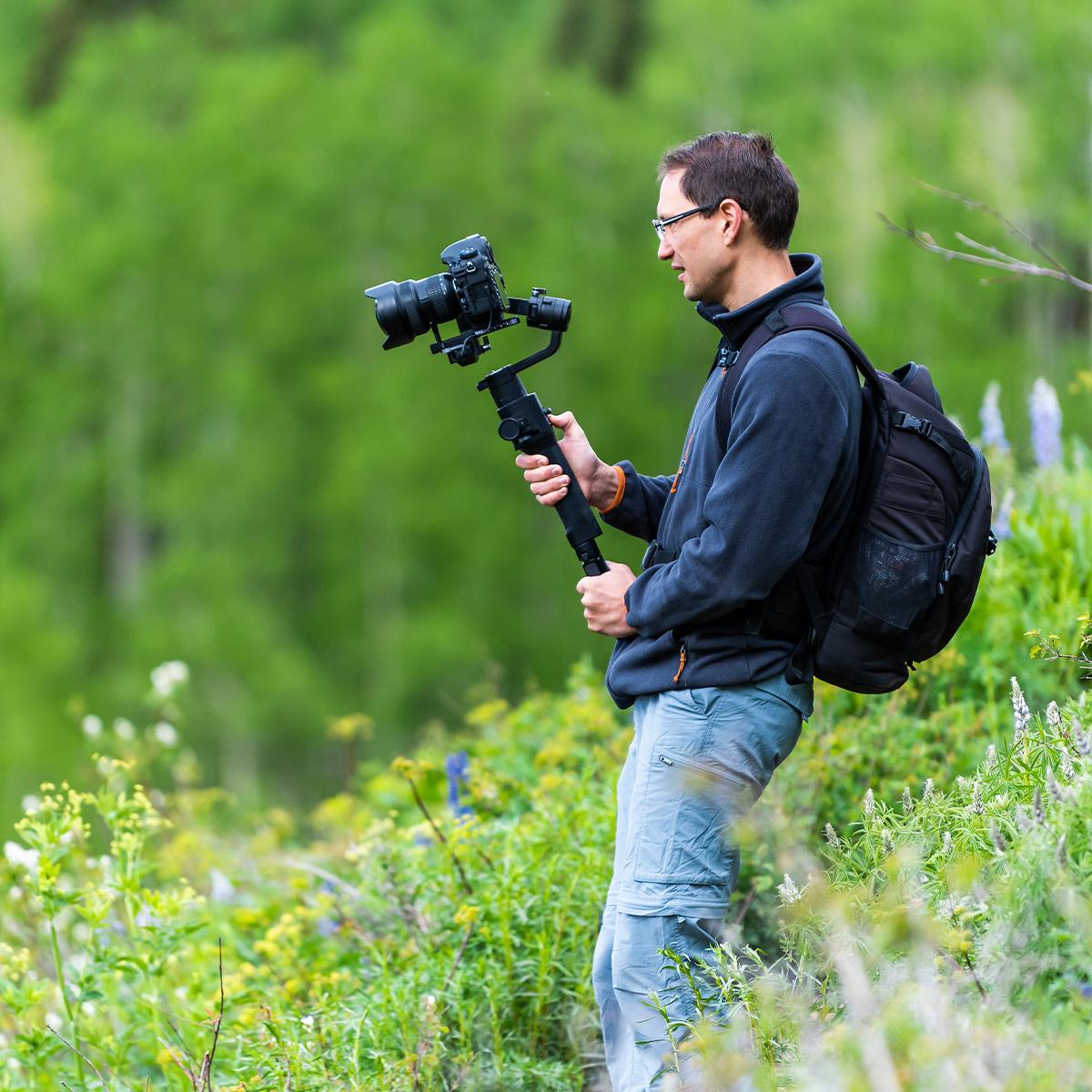 Homme debout dans la nature pour un week-end photo à l'iffcam